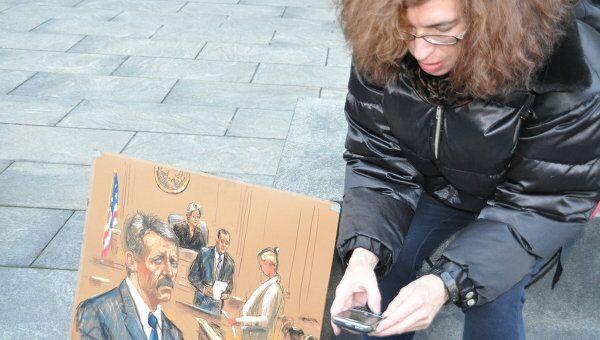 Судебная скетчер с портретом Виктора Бута в зале суда
