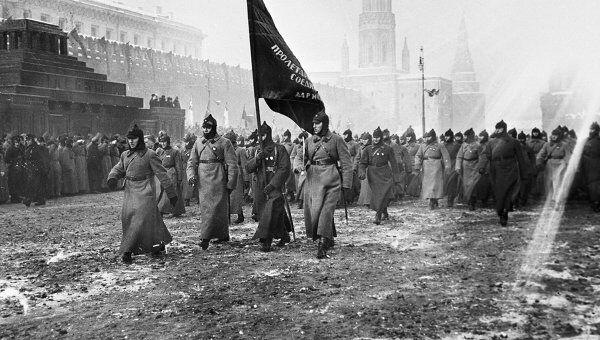 Участники военного парада на Красной площади в день празднования годовщины Октябрьской революции, архивное фото