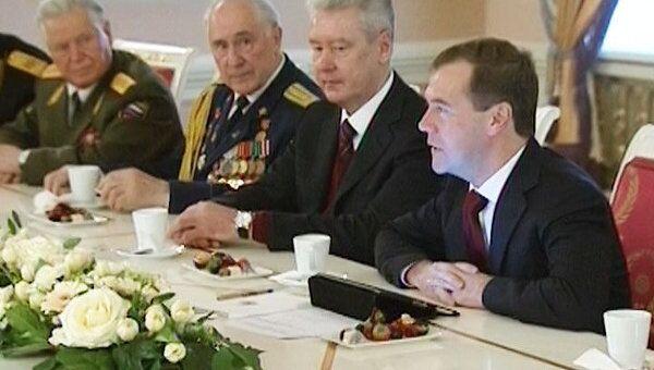 Медведев пообещал сделать все возможное для достойной жизни ветеранов