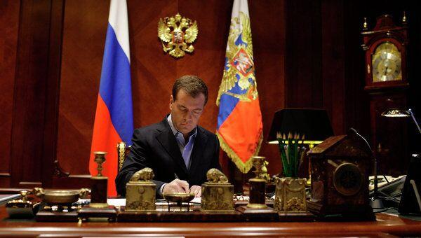 Президент РФ Дмитрий Медведев в рабочем кабинете. Архив