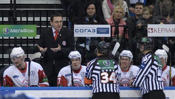 Андрей Назаров (слева на втором плане)