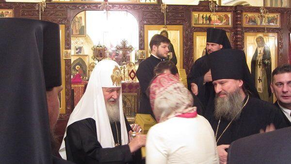 Патриарх Кирилл благословляет верующих соотечественников в храме Игнатия Богоносца при представительстве Русской православной церкви в Дамаске