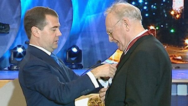 Медведев вручил госнаграды работникам ТВ и предрек революцию в отрасли
