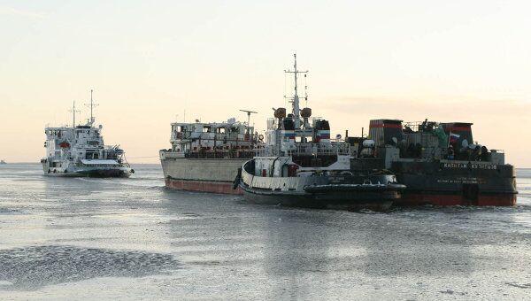 Сухогруз Капитан Кузнецов идет на буксире в Архангельск
