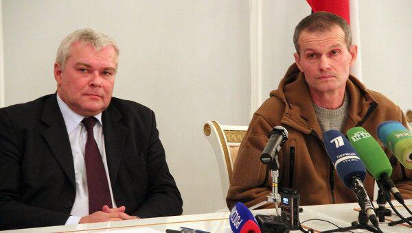 Посол РФ в Таджикистане Юрий Попов и летчик Владимир Садовничий на пресс-конференции в россйском посольстве в Душанбе