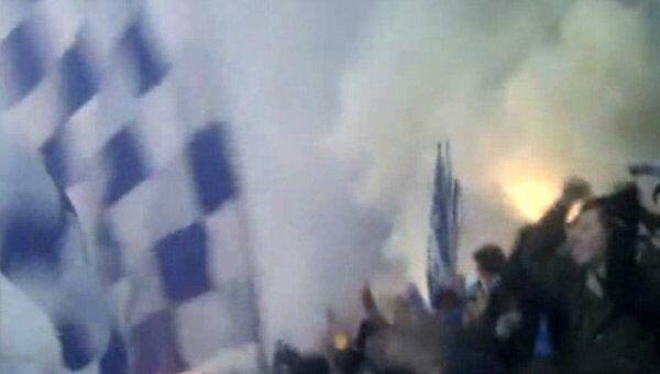 Белый дым от пиротехники накрыл все поле на матче Зенита с АПОЕЛом