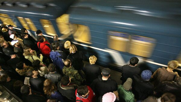 В ожидании поезда в метро. Архивное фото