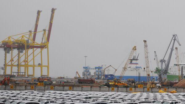 Выгрузка импортных автомобилей в порту. Архивное фото