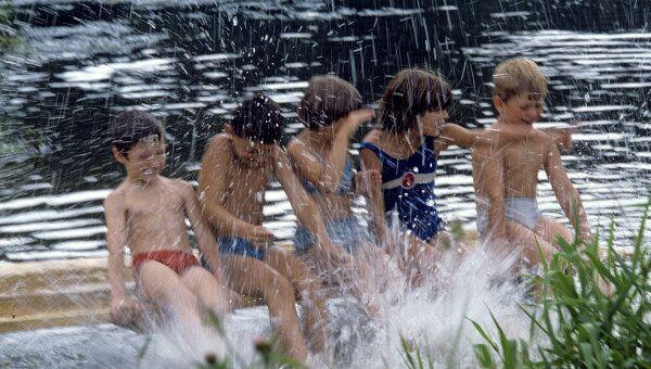 Дети во время купания в реке. Архивное фото