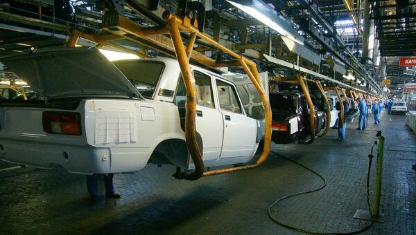 На линии сборки автомобилей ВАЗ, архивное фото