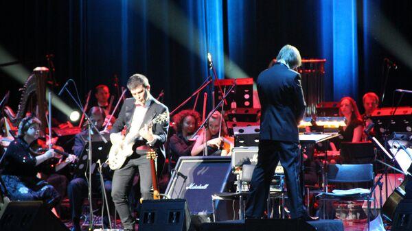 Бесменный гитарист группы Кино Юрий Каспарян и Симфонический оркестр Государственного Эрмитажа исполняют песню В. Цоя