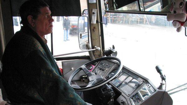 Водитель автобуса за рулем, архивное фото