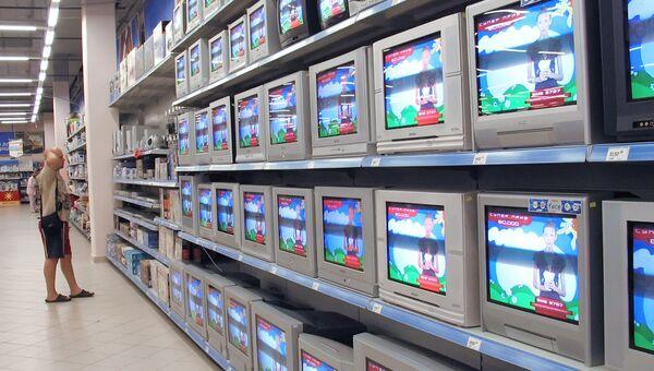 В отделе аудио-видео аппаратуры. Архивное фото