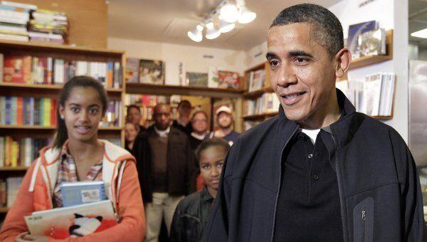 Президент США Барак Обама с дочерьми в книжном магазине