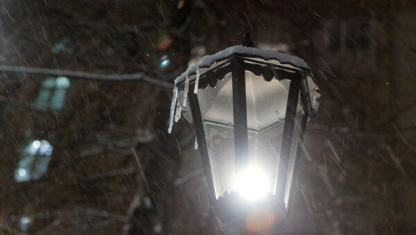 Сосульки на уличном фонаре. Архивное фото