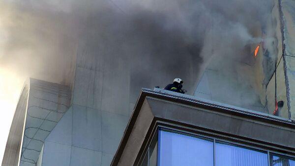 Пламя вырывалось сквозь стены бизнес-центра, охваченного огнем