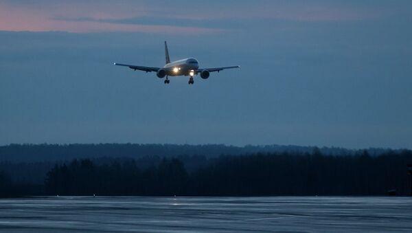 Самолет садится в аэропорту Томск, архивное фото
