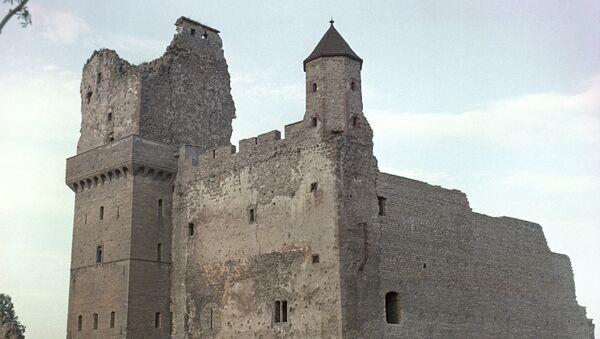 Развалины шведской крепости XVI века на берегу реки Наровы. Архивное фото