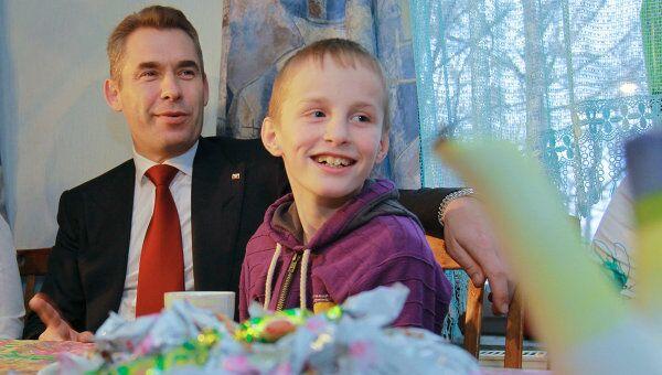 Уполномоченный при Президенте РФ по правам ребенка Павел Астахов навестил Артема Савельева