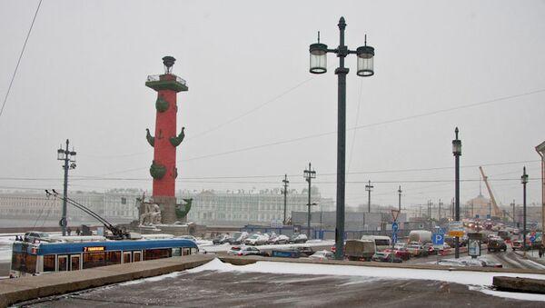 Вид на Дворцовый мост со стороны Стрелки Васильевского острова. Архив