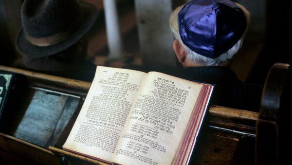 В синагоге. Архив