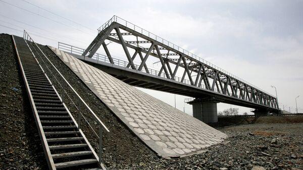 Железнодорожный мост через автотрассу. Архив