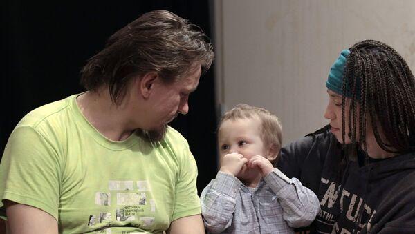 Активист группы Война Олег Воротников с женой Натальей Сокол и сыном Каспером. Архивное фото