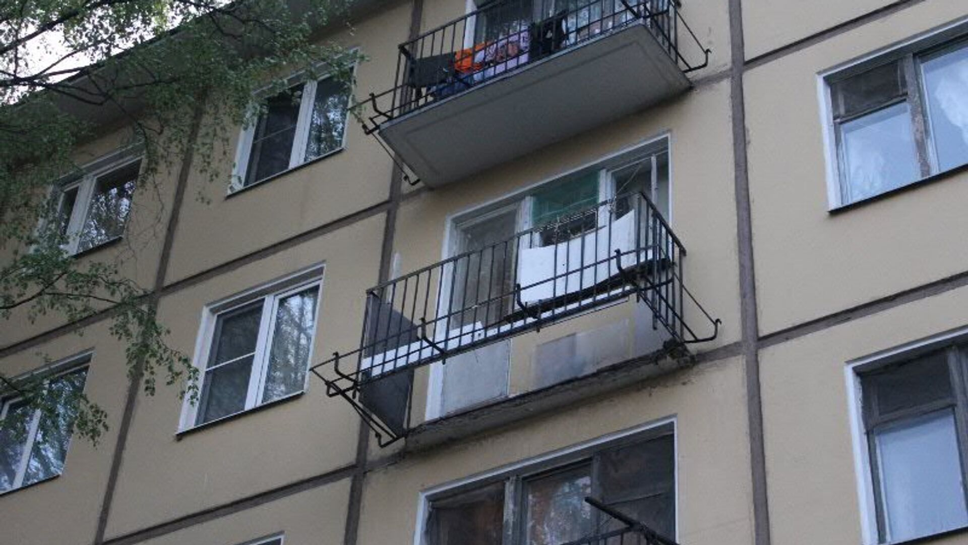 Обрушение части конструкций балкона в Красногвардейском районе Санкт-Петербурга - РИА Новости, 1920, 21.11.2020