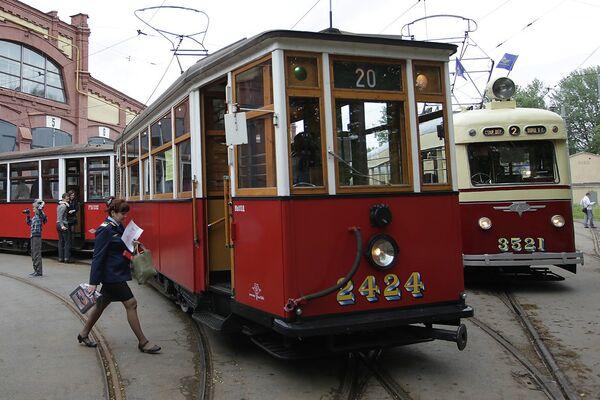 Перед началом парада ретро-трамваев в Петербурге