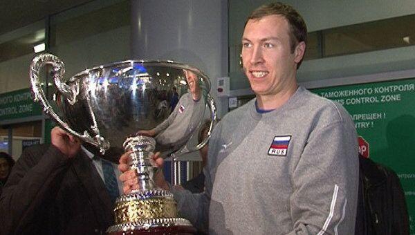 Российские волейболисты привезли в Москву Кубок мира