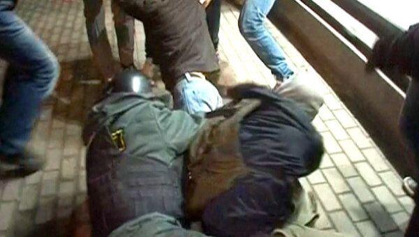 Сотрудники полиции задерживают граждан, скандирующих лозунги