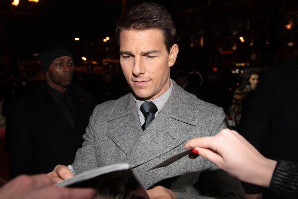 Том Круз дает автограф перед началом премьеры фильма Миссия невыполнима: Протокол Фантом в кинотеатре Пушкинский