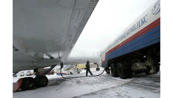 Заправка самолета топливом в аэропорту