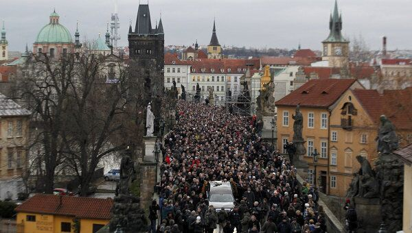 Траурная процессия с гробом экс-президента Чехии Вацлава Гавела направилась в крепость Пражский Град