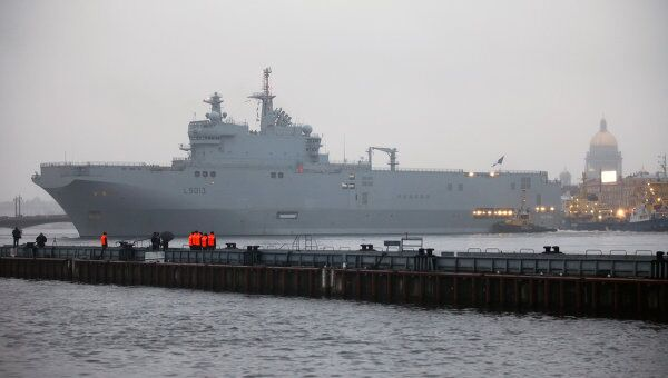 Французский военный корабль-вертолетоносец класса Мистраль. Архив