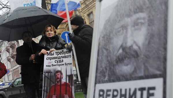 Супруга Виктора Бута участвует в пикетировании консульства США в Санкт-Петербурге