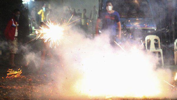 Жители Филиппин взрывают петарды, празднуя Новый год