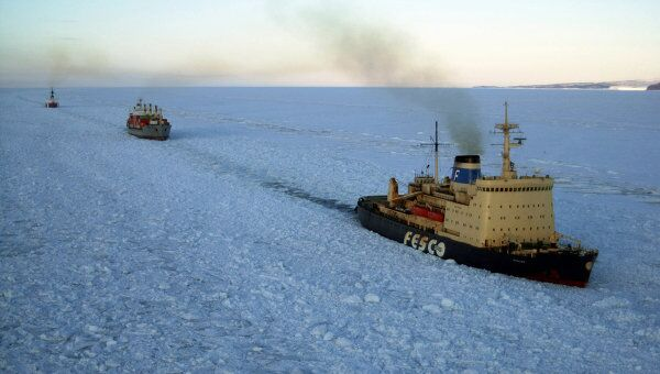 Ледокол Красин прокладывает путь во льдах