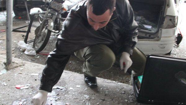 Последствия взрыва в Дамаске 6 января 2012 г. Судебный эксперт работает на месте взрыва