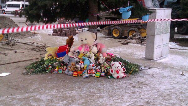 Цветы в память о погибшем полуторагодовалом Кирилле Диденко на месте трагедии в Брянске
