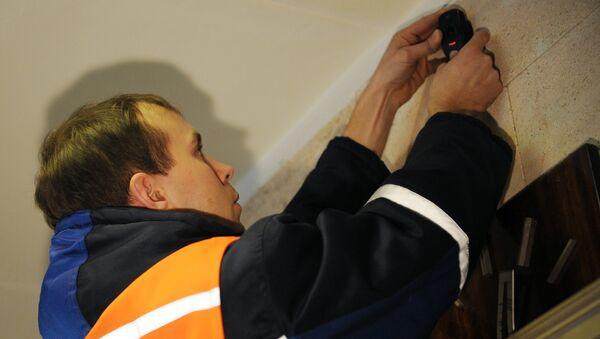 Установка видеокамеры на избирательном участке. Архивное фото