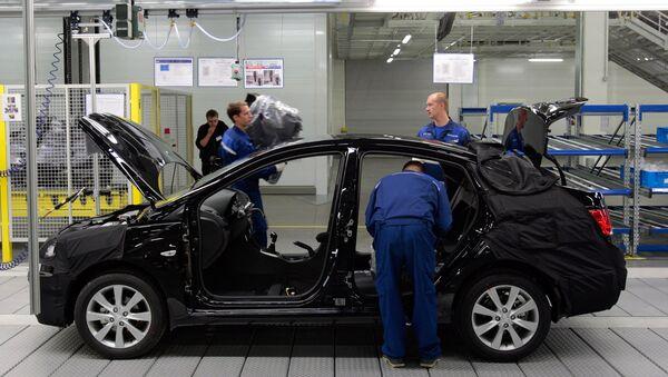 Работа на главном конвеере по производству автомобилей Hyundai Solaris на заводе компании Хендэ Мотор Мануфактуринг Рус. Архив