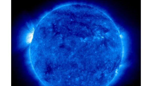 Солнце по данным спутника SOHO, слева видна яркая активная область