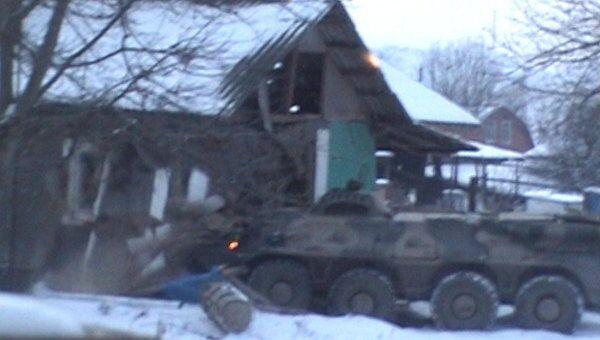 БТР протаранил дом с боевиками в ходе спецоперации ФСБ