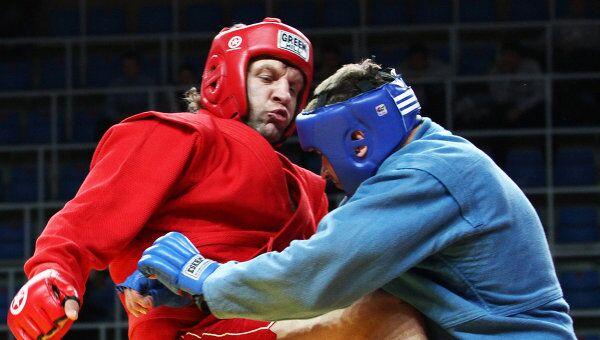 Александр Емельяненко (слева) в поединке против Алексея Князева