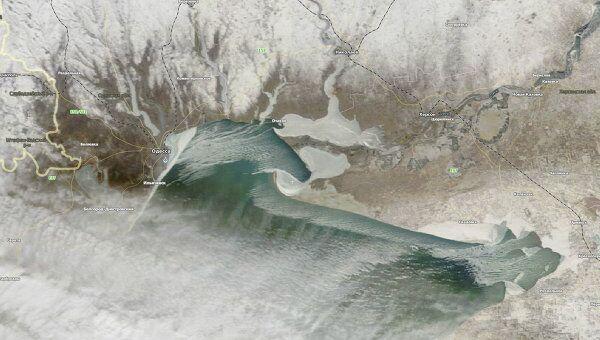Черноморские пляжи впервые за 30 лет покрылись льдом толщиной почти полметра