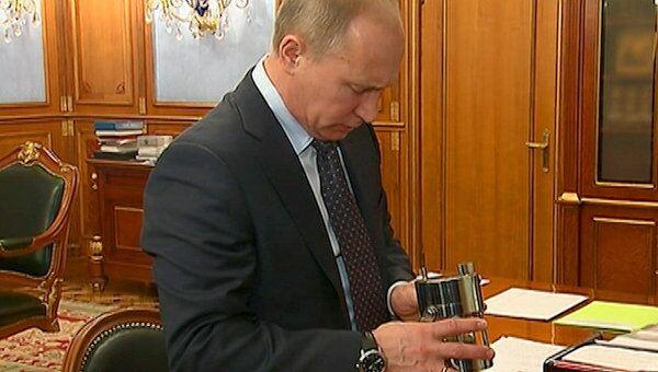 Путину подарили первую пробу воды из реликтового озера в Антарктиде