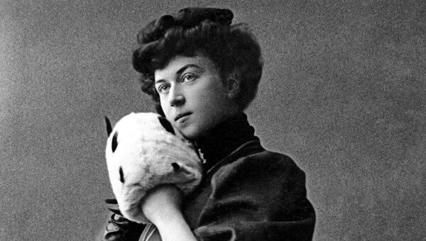 Первая в мире женщина-министр и женщина-дипломат Александра Михайловна Коллонтай, одетая по моде начала ХХ века. Фото 1900-1902 годов.
