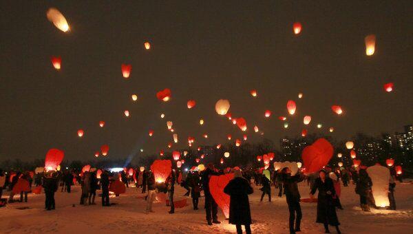 Запуск небесных фонариков, посвященный Дню Святого Валентина. Архив