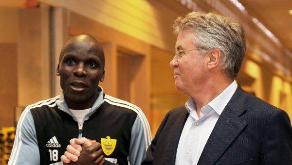 Гус Хиддинк и Бенуа Ангбва (слева направо)